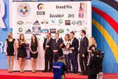 Marius Vizer und Vlad Marinescu von der IJF überreichten den erfolgreichen DJB-Athleten die goldene Plakette der Internationalen Judo-Föderation.