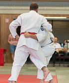 7. Kampf  (Stand 4-2) Lars Kilian -100 kg: Ärgerlich, Lars wird disqualifiziert weil er hier im Bild dem Gegner ans Bein greift. Für Laien und alte Judokas schwer verständlich, aber das Bein fängt schon gleich unterhalb des Gürtels an.